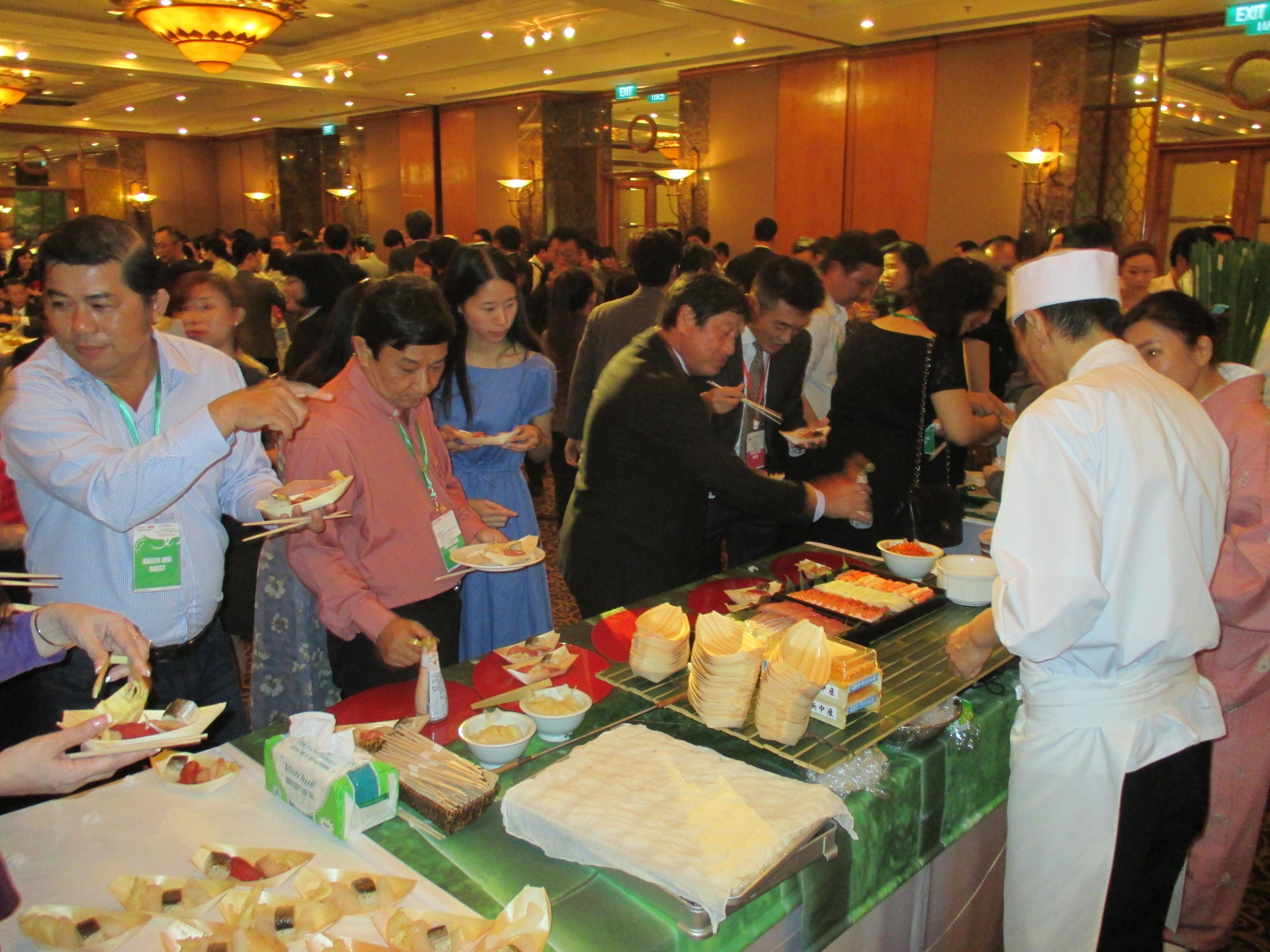 和食を楽しむベトナムの方々