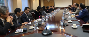【ベトナム国国会見学(左)と日越大学での会議風景】